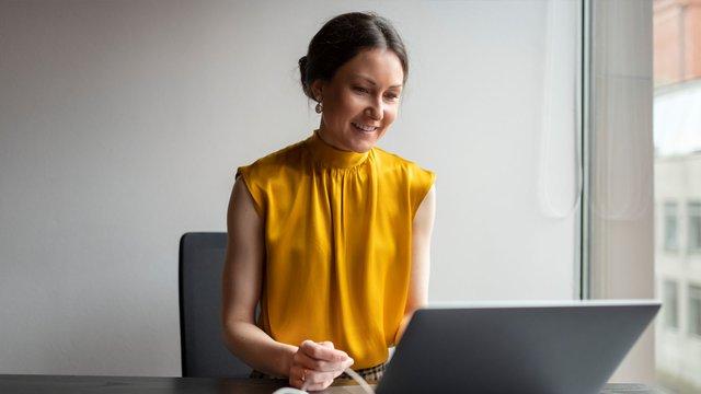 Använd kroppsspråket i digitala möten! (syntolkat)